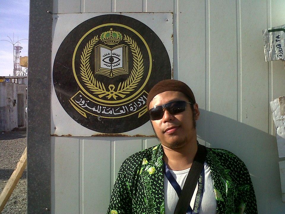 Pic from Gus Kaheel saat Jalan jalan di Arofah, logo/lambang ini