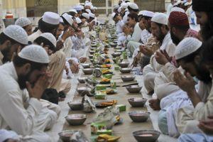 para-jamaah-berdoa-bersama-sebelum-berbuka-puasa