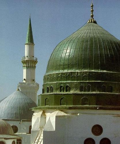 Dibawahnya dimakamkan jasad kekasih Allah swt (Nabi Muhammad saw)