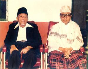 Buya Hamka Bersama Abah Anom (Mursyid Tarekat Naqsabandiyah Indonesia)