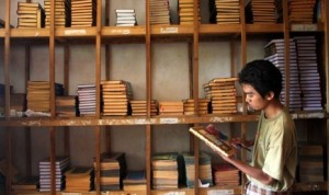 seorang-santri-membersihkan-koleksi-kitab-kuning-di-pondok-pesantren
