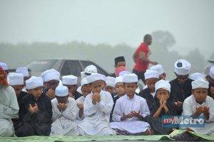 Berdoa di tengah hujan