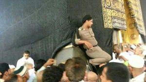Polisi Syariah Saudi Arabia sedang menginjak hajar aswad