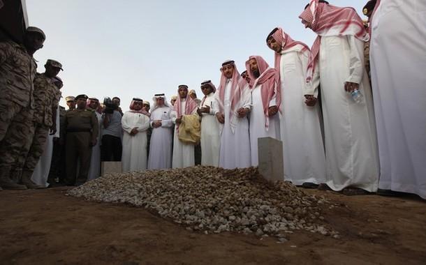 Family members of Saudi Crown Prince Sultan bin Abdulaziz perform final prayers at his grave at Al Oud cemetery in Riyadh