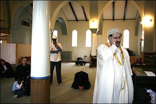 Gereja Katolik St. Matthew Catholic Church di Indiana Orchard, Massachusetts -Amerika, Tahun 2006 telah di jual oleh orang Turki dan dirubah fungsi menjadi Masjid.