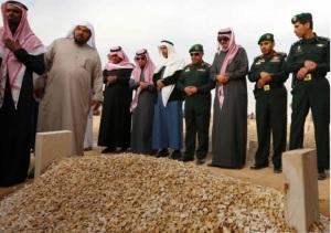 Penduduk Saudi ziarah & sholat ghaib di makam Raja Saudi