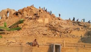 Warga melihat puing-puing Masjid Nabi Yunus yang hancur dibom oleh isis