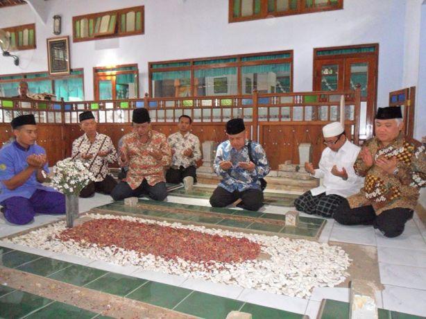 Ketua PP Muhammadiyah Ziarah di Makam KH. Sahal Mahfudz-01