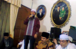 KH. Syamsul Arifin Nababan saat memberikan tausyiah dalam acara tahlilan di kediaman Alm. KH. Aziddin, SE pada Minggu (15/2) di Jl. Bren Jakarta Pusat