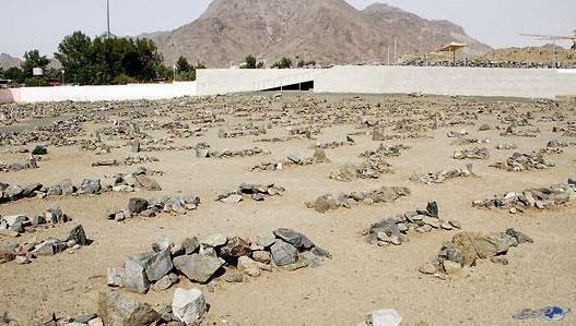 Perkuburan di baqi' - lihat ada yang ditumpukkan dengan batu kerikil.