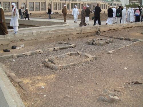 Kuburan Imam Malik (ujung) dan gurunya Imam Nafi'