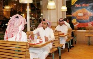 Orang Saudi makan Fast food