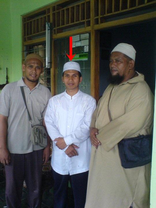 Abd. Aziz, ustadz hindu wahaby, meminta ma'af pada seluruh warga NU karena TAUSIAHNYA telah menjelek-jelekan orang NU di Masjid Bina Patra Cepu kemarin, ia telah mengakui kesalahannya dalam menafsiri Al Qur'an & hadits.. Itu pengakukannya di hadapan Rohmatulloh Muhammad Iwan Sa'dulloh Pimp. Kru Sarkub FM Bojonegoro (yang kiri)