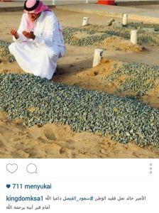 Amir Khalid (Arab Saudi) sedang menziarahi kuburan ayahandanya (Syawal 1436 H)