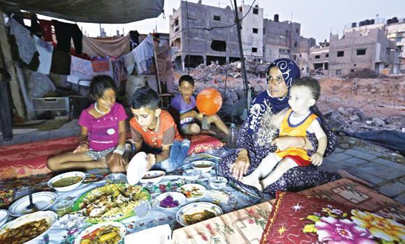 Warga Palestina ketika berbuka