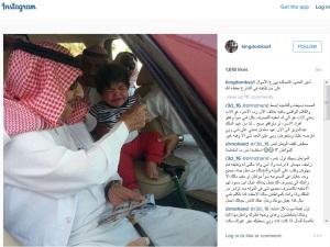 Raja Salman Membagikan Uang (Angpao)