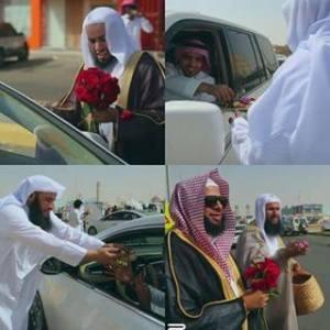 Warga Saudi membagi-bagikan bunga di hari raya Idul Fitri