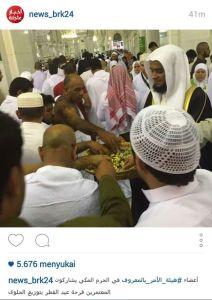 Warga Saudi membagi-bagikan permen di hari raya Idul Fitri-01