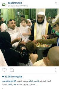 Warga Saudi membagi-bagikan permen di hari raya Idul Fitri-02