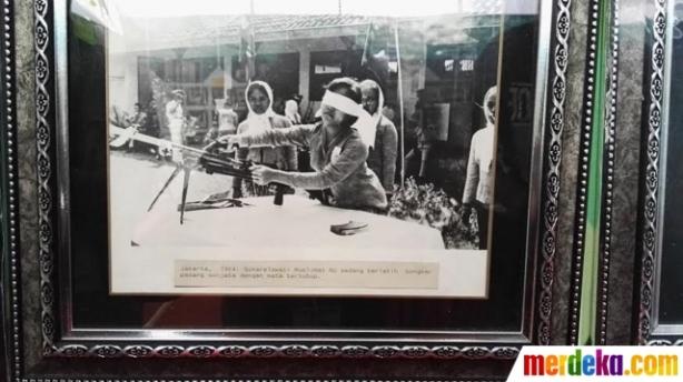 Sebuah foto yang menunjukkan seorang perempuan NU (Fatayat) tengah merakit senjata dengan mata tertutup saat mengikuti latihan perang, dipamerkan dalam Muktamar ke-33 NU di Jombang, Jawa Timur, Selasa (4/8). Foto tersebut menjadi bukti bahwa NU ikut terlibat dalam menjaga keamanan dan keutuhan Negara Kesatuan Republik Indonesia (NKRI).