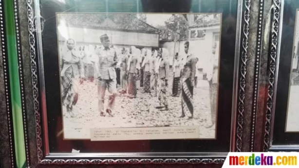 Kenangan ketika Paku Alam VIII, wakil kepala daerah Yogyakarta saat itu, tengah memeriksa barisan perempuan NU yang rela menjadi pengaman negara, pada 1966