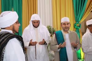 Syekh Ali Jaber memegang Tasbih