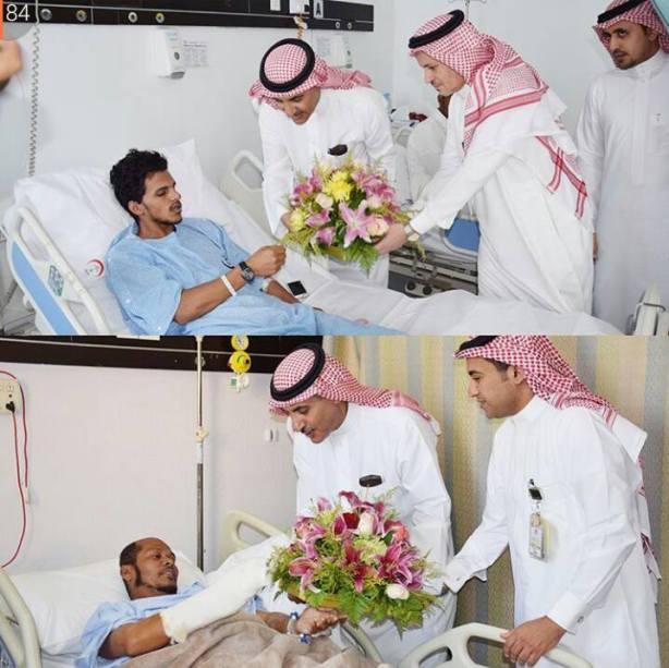 Warga Saudi membagikan bunga kepada pasien korban bom bunuh diri di salah satu masjid di Asir KSA