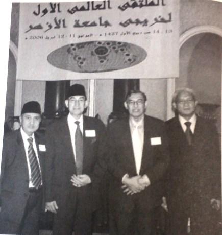 Quraish Shihab menghadiri temu alumni Azhar di Kairo pada tahun 2006 bersama Alwi dan KH. Abdullah Syukri ZArkasyi pimpinan gontor.
