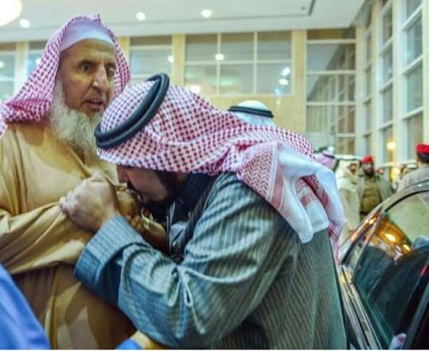Usttadz Salafy Mencium tangan