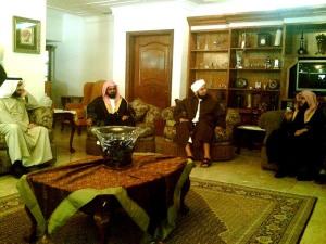 Dr. Aidh Al-Qarni bersama Habib Ali al-Jufri