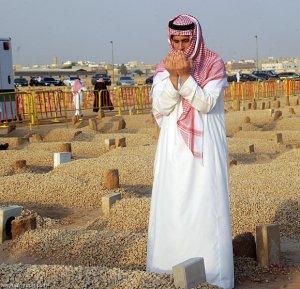 Berdoa di Kubur-saudi-03