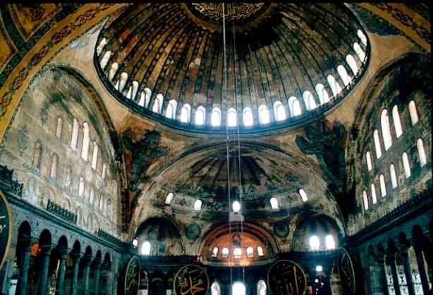 Interior Kubah Masjid Hagia Sophia yang sebelumnya adalah gereja