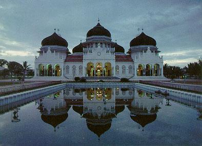 Masjid Baiturrahman di Aceh Besar yang menggunakan kubah