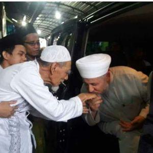 Syekh Mahmud Syahadah (Syam) mencium tangan KH. Maimoen Zubair