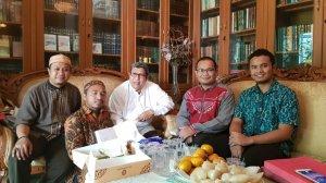 Ust. Ahmad Sarwat Lc bersama Prof Dr. Agil Al Munawwar